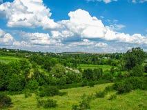 Ландшафт лета сельский между красивыми облаками Стоковые Изображения