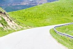 Ландшафт лета с горами зеленого цвета Кавказа стоковое фото