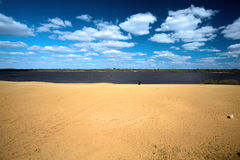 Ландшафт лета с песочным побережьем реки Стоковая Фотография RF