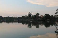 Ландшафт захода солнца в береге озера Стоковые Фотографии RF