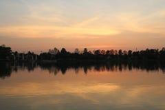 Ландшафт захода солнца в береге озера Стоковое Фото
