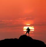 Ландшафт захода солнца с силуэтом стоящего человека Backg перемещения Стоковые Фотографии RF