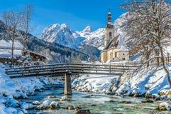 Ландшафт зимы в баварских Альпах с церковью, Ramsau, Германией Стоковые Изображения