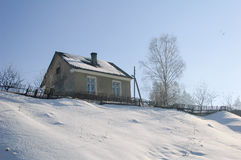 Ландшафт зимы малый сельский дом на холме Стоковые Фото