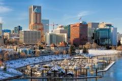 Ландшафт зимы Портленда Орегона увиденный от моста Marquam стоковые фотографии rf