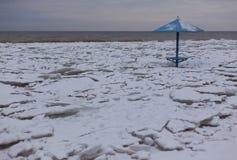 Ландшафт зимы прибрежный с льдом и снегом на пляже Стоковые Изображения