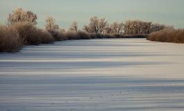 Ландшафт зимы, рассвет над рекой стоковое фото rf