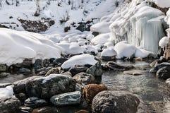 Ландшафт зимы реки горы с камнями и малым, который замерли водопадом Стоковые Изображения RF