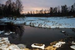 Ландшафт зимы сибирский Река не замерзает в зиме Поздно в вечере Стоковые Изображения