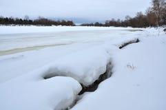 Ландшафт зимы снежный, который замерли река Стоковые Изображения