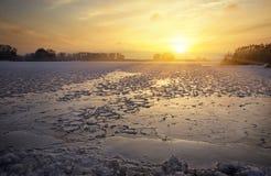 Ландшафт зимы с озером и небом захода солнца пламенистым Стоковое фото RF