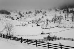 Ландшафт зимы transylvanian деревни стоковое изображение