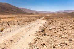 Ландшафт каменных стен кратера пустыни следа дороги, Ближний Восток Стоковые Фото