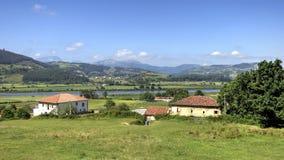 Ландшафт Кантабрии с полем и малой деревней стоковое изображение rf