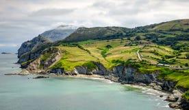 Ландшафт Кантабрии с холмом, полем и скачком побережьем Атлантического океана стоковая фотография