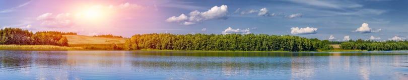 Ландшафт красивого озера на сумраке панорамном Стоковые Изображения