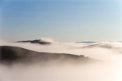 Ландшафт Крита Senesi в Тоскане, Италии на туманном рассвете Стоковое Изображение RF