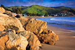 Ландшафт моря и зеленых холмов Стоковое Изображение