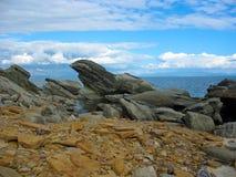 Ландшафт моря с затейливыми камнями (валуны) Стоковая Фотография RF