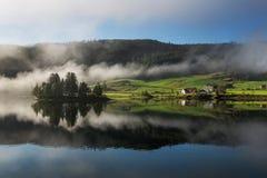 Ландшафт Норвегия с озером и туманом Стоковая Фотография RF