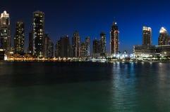 Ландшафт ночи в Дубай стоковые изображения rf