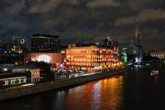 Ландшафт ночи с изображением обваловки реки Москвы Moskva и Piter памятник жажды Стоковое Изображение RF