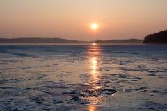 Ландшафт озера в зиме на восходе солнца в Финляндии Стоковое Изображение RF