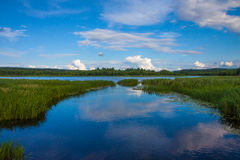 Ландшафт озера с отражением неба Стоковые Изображения RF