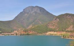 Ландшафт озера Lugu с горами стоковое изображение