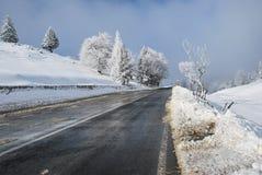 Ландшафт дороги зимы Красивая сцена зимы в румыне Карпатах Стоковое Изображение