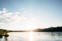 Ландшафт дороги с рекой Стоковая Фотография RF