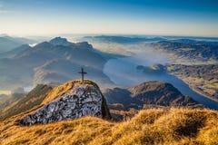 Ландшафт осени в Альпах в золотом свете вечера Стоковое Изображение RF