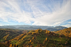 Ландшафт осени горы с красочным лесом стоковое фото