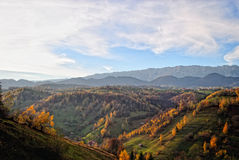 Ландшафт осени горы с красочным лесом стоковое изображение rf