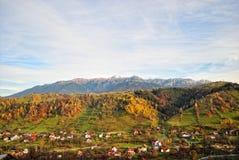 Ландшафт осени горы с красочным лесом стоковое изображение