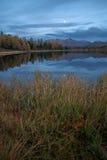 Ландшафт осени озера зеркал поверхностный вертикально ориентированный с горной цепью на предпосылке Стоковое Изображение RF