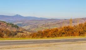 Ландшафт осени, дорога водя в горы, голубое moun стоковая фотография