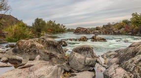 Ландшафт осени при река пропуская среди мшистых камней Стоковая Фотография RF