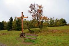 Ландшафт осени с деревянным крестом и стендом Стоковые Фотографии RF