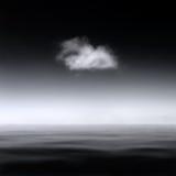 Ландшафт одиночного облака над спокойным морем, B&W конспекта Minimalistic стоковое фото