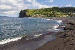 Ландшафт побережья Атлантического океана с днем волн солнечным, в Азорских островах Стоковые Фото