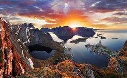 Ландшафт побережья горы на заходе солнца, Норвегии Стоковое Изображение RF