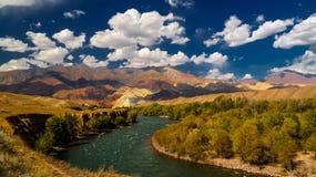 Ландшафт покрашенной горы около реки Kokemeren, Djumgal, Кыргызстана Стоковое Изображение RF