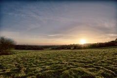 Ландшафт поля как солнце устанавливает стоковая фотография