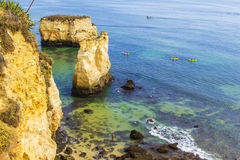 Ландшафт предпосылки: Атлантический океан и пляж с пещерами и островами в Лагосе Стоковые Изображения