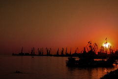 Ландшафт предпосылки неба захода солнца на indusrtial порте Украины Стоковое фото RF