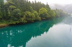 Ландшафт предпосылки природы озера бирюзы в лесе Стоковое Изображение RF