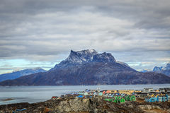 Ландшафт пригорода города Nuuk красочный, и гора Sermitsiaq Стоковое Изображение