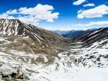 Ландшафт природы с предпосылкой горы вдоль шоссе в Leh Ladakh, Индии Стоковые Фотографии RF