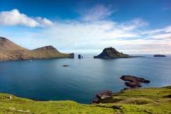 Ландшафт при зеленые поля и скалистые скалы обозревая море Стоковая Фотография RF